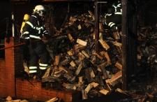 Brennt Holzverschlag in Wrist