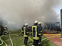 Feuer vernichtet Carport und Lagerschuppen in Kiebitzreihe